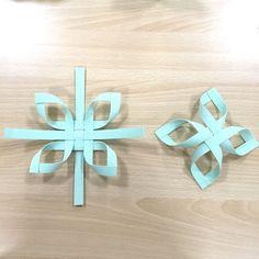 あまった紙バンドでオーナメントを | 紙バンド手芸 蛙屋(かえるや)のブログ Paper Christmas Ornaments, Christmas Origami, Christmas Decorations, Christmas Projects, Christmas Holidays, Creative Crafts, Diy And Crafts, Basket Weaving, Hand Weaving
