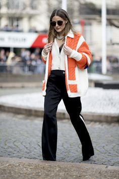 The street style crowd is here to make winter your favorite season for fashion. Here are winter layering tricks we learned from watching street stylists do their thing. French Street Fashion, Cool Street Fashion, Street Style Trends, Street Style Looks, Fashion Updates, Fashion Trends, Fashion Tips, Olivia Palermo Style, Celebrity Look