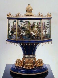 Aquarium clock of 18 carat gold, lapis lazuli and rock crystal. Goth Home, Cool Fish, Paludarium, Tank Design, Antique Clocks, Objet D'art, Antique Stores, Antique Furniture, Victorian Furniture