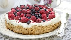 Mumsigt glutenfri sommartårta! Den krämiga fyllningen av vit choklad och ger bären härlig sötma.