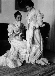 Vestidas cos traxes das avoas   Dressed in their grandmother's clothes. Bueu, ca. 1928