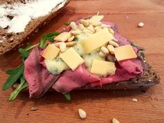 Broodje rosbief met Old Amsterdam, rucola en dille-mosterd dressing