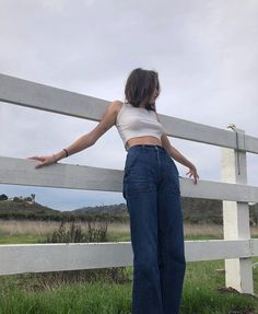 White Shirt And Blue Jeans, Summer Outfits, Casual Outfits, Girl Fashion, Fashion Outfits, Workout Accessories, Retro Chic, Minimal Fashion, New Trends