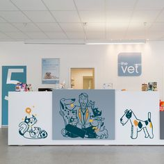 Even pets love all E-Glue wall decals ! Its now so fun to go to the veterinary.
