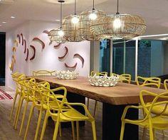 Mesa na madeira de demoliçao acompanhada por cadeiras contemporâneas amarelas e lustres de tirar o folêgo! Kitchen Dining, Dining Room, Pergola, Chandelier, Ceiling Lights, Interior Design, Lighting, Inspiration, Furniture