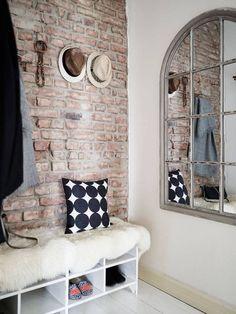 Un mur en briques pour l'entrée de la #maison !  #brique #blanc #déco  http://www.m-habitat.fr/petits-espaces/entrees-et-couloirs/amenager-et-decorer-un-couloir-trop-sombre-3538_A