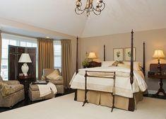 chambre à coucher adulte en couleurs neutres avec lit à colonnes