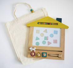Magische Zeichentafel von gg* / Kukkia aus Holz mit magnetischem Stift und 3 Stempeln, mit Jutetasche.Maße: 32 x 30 cmAchtung: Nicht für Kinder unter drei Jah