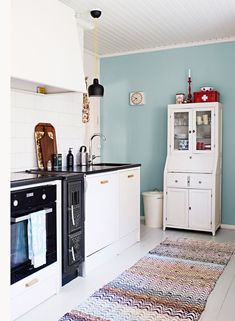 Suomen ihanin koti on sisustettu varmalla värisilmällä Kitchen Dining, Kitchen Cabinets, Dining Room, Sweet Home, Bohemian Summer, House, Furniture, Color, Home Decor