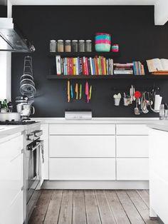 Cocina blanca y negra con suelo de madera