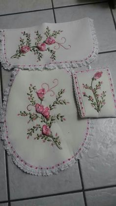 Wonderful Ribbon Embroidery Flowers by Hand Ideas. Enchanting Ribbon Embroidery Flowers by Hand Ideas. Silk Ribbon Embroidery, Embroidery Patterns, Hand Embroidery, Ribbon Art, Lace Ribbon, Fairy Wands, Embroidery Techniques, Sewing Crafts, Needlework