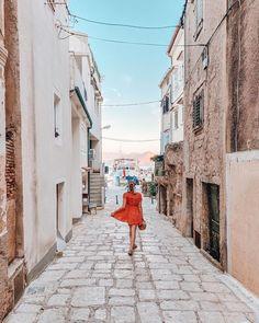 """Iris 🌸 Travel & Lifestyle on Instagram: """"getting lost in these little croatian streets 🇭🇷❤️ Nach Rovinj hat es uns für 2 Nächte auf die Insel Krk nach Baška verschlagen. Diese…"""" Lost, Instagram, Island, Night"""