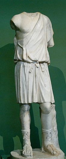 •Doric Chiton—When worn by men it was short, when worn by women it was long.  It was narrower than ionic, without sleeves, and fastened with one brooch (fibulae) at the shoulder.  It was made of wool, linen, or silk. (men-400 BC to 100 BC, women 450 BC to 300 BC).