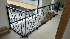 Well Designed Deck Railing Ideas for your Beautiful Porch and Patio! - Home Decor Ideas Modern Stair Railing, Staircase Handrail, Balcony Railing Design, Metal Stairs, Metal Railings, Modern Stairs, Staircase Design, Escalier Design, House Stairs