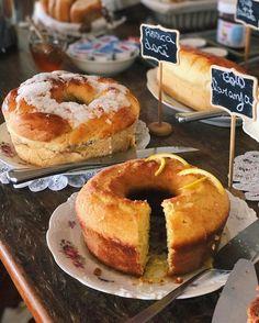 { Yummy Morning! }  Bom diaaa! Como resistir a uma mesa de bolos quentinhos?  #amomuito #gordinhasafada #familydays
