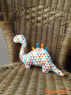 "Doudou ""Dino triangles multicolores"" pour enfant, bébé à câliner : Jeux, peluches, doudous par pipouchhh Baby Sewing Projects, Sewing For Kids, Rag Doll Tutorial, Sewing Stuffed Animals, Fabric Stamping, Dinosaur Toys, Sewing Toys, Handmade Felt, Felt Toys"