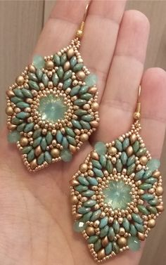 Seed bead jewelry Orecchini Esmeralda (DIY - Esmeralda Earrings) ~ Seed Bead Tutorials Discovred by : Linda Linebaugh Seed Bead Jewelry, Bead Jewellery, Seed Bead Earrings, Diy Earrings, Jewelry Bracelets, Seed Bead Tutorials, Beading Tutorials, Super Duo Beads, Twin Beads