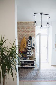 Die ganze Homestory zu diesem Bild findet ihr auf dem Blog! Retro Chic, Wardrobe Rack, Interior Inspiration, Entryway, Ceiling Lights, Boards, Blog, Furniture, Portrait