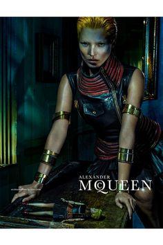 Kate Moss, Alexander McQueen'in 2014 İlkbahar-Yaz reklam kampanyası için Steve Klein'ın objektifine poz veriyor.
