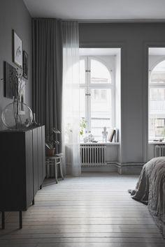 home interiors ideas Blue Bedroom Colors, Dark Blue Bedrooms, Bedroom Colour Palette, Zen Home Decor, White Home Decor, Black Decor, Sofa Set Designs, Curtain Inspiration, Interior Inspiration