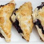 Easy Blueberry Turnovers with Vanilla Cream Cheese Filling - Quick and easy! These blueberry turnovers, use store-bought puff pastry dough, blueberries and a delicious vanilla cream cheese filling. Blueberry Sauce, Blueberry Recipes, Köstliche Desserts, Dessert Recipes, Mini Dutch Pancakes, Blueberry Turnovers, Blueberry Pancakes, Blueberry Season, Puff Pastry Dough