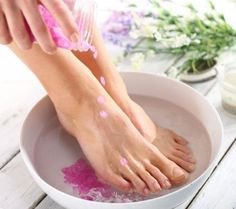 Looking for a solution to short-term or long-term stinky feet? Find out how to get rid of smelly feet with products made from all natural ingredients. Get Rid Of Stinky Feet, Diy Beauty Tutorials, Foot Remedies, Health Remedies, Foot Odor, Foot Soak, Natural Teeth Whitening, Manicure E Pedicure, Burgundy