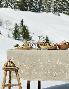 Déco de Noël : une jolie nappe en lin avec des motifs peints - christmas table - Marie Claire Idées