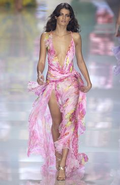Versace at Milan Fashion Week Spring 2004 - Runway Photos Haute Couture Style, Couture Fashion, Runway Fashion, Fashion Models, Fashion Spring, Celebrities Fashion, Womens Fashion, 2000s Fashion, High Fashion