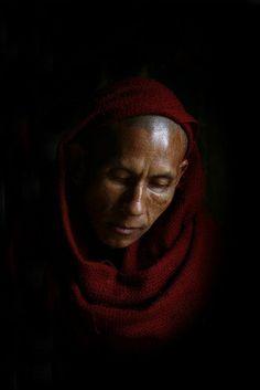 Méditation de moine à Rangoon, Myanmar © Eric Lafforgue