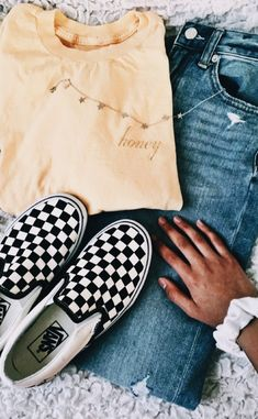 Yellow T-Shirt, Jeans, Checkered Vans, Stars Necklace, White Scrunchie - Fashion ♡ - School Outfits Teen Fashion Outfits, Fashion Mode, Look Fashion, Fall Outfits, Casual Outfits, Trendy Outfits For Teens, Trendy Teen Fashion, Teen Fashion Winter, High School Outfits