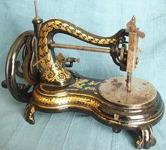 Antique Sewing Machine ciao, volevo sapere questa macchina è in vendita.  se volete mandarmi un  e e mail grazie ciao.