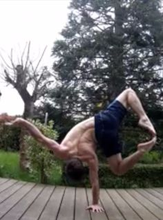 This Guy Can Do More Balancing on 1 Hand Than I Could Do on 2 Feet