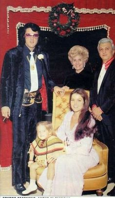 {*Elvis with Priscilla & Lisa Marie Presley sitting down & Priscilla's mum standing behind, a Christmas time Graceland*} Lisa Marie Presley, Priscilla Presley, King Elvis Presley, Graceland Elvis, Elvis Presley Family, Elvis And Priscilla, Elvis Presley Photos, Rare Elvis Photos, Beautiful Voice