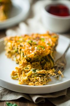 Spiralized Roasted Red Pepper, Spinach and Artichoke Zucchini Noodle Casserole - This zucchini casserole is packed with protein and is a low carb and gluten free breakfast or dinner that is under 150 calories and 3 SmartPoints! | Foodfaithfitness.com | @FoodFaithFit