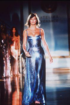 Linda Evangelista / Atelier Versace Haute Couture S/S 1994 Milano Versace Fashion, 90s Fashion, Couture Fashion, Runway Fashion, Fashion Models, High Fashion, Fashion Show, Vintage Fashion, Fashion Outfits