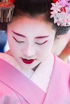 Maiko Shouko watching the Gion Matsuri's Hanagasa Junko parade by Michael G on Flickr