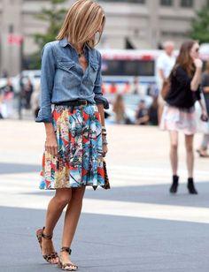 Chemise en jean + jupe imprimée colorée + sandales léopard = le bon mix