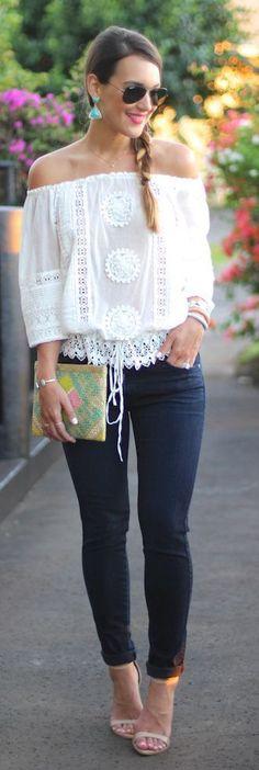 Estilo de rua |  Parte superior do crochet, calças de brim skinny, saltos, embreagem