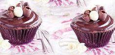 Πλούσια μικρά κέικ μαύρης σοκολάτας