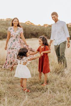 Family Portrait Outfits, Family Portrait Poses, Family Picture Outfits, Neutral Family Photos, Spring Family Pictures, Family Pics, Family Photo Sessions, Mini Sessions, Boho