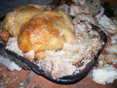 POLLO A LA SAL. Este pollo como mejor se cocina es en horno de leña. La prenderemos con fuego del Sr. Legua. Para los principiantes dicho encendido se colocará en una esquina del horno y el plato a cocinar al lado. Que procederemos a girar para que todas las partes de nuestro pollito se cocinen con la misma intensidad.