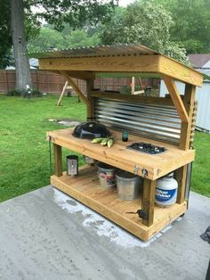 How to Make an Outdoor Kitchen Upcycled Pallet Outdoor Grill - Pallet Furniture Project Pallet Exterior, Outdoor Spaces, Outdoor Living, Palette Diy, Diy Holz, Outdoor Kitchen Design, Simple Outdoor Kitchen, Small Outdoor Kitchens, Outdoor Camp Kitchen