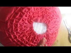 2 Vídeo tutoriales : 9 Cojines para decorar ¡¡ Hola amigos !! ¿ Te gustan los cojines drapeados ? te lo pregunto, porque hoy quiero enseñarte 2 vídeo tutoriales de cómo hacer cojines drapeados circulares, Handkerchief Crafts, Cushion Tutorial, Ribbon Embroidery, Smocking, Baby Car Seats, Bean Bag Chair, Sewing Crafts, Cushions, Thumbnail Image