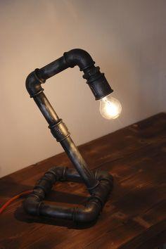 """Lampada da scrivania realizzato in tubi idraulici da 3/4"""" verniciati e trattati per dare stile vintage al tutto."""