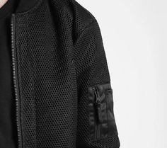 Detail: Feste Bomberjacke mit dickem Mesh überzogen, aufgesetzter Arm-Tasche aus Satin, dicken Rippbündchen und hochwertigem Zipper. Hier entdecken und shoppen: http://sturbock.me/q3u