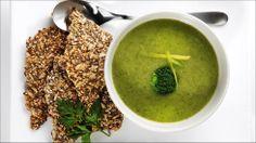 Grønn suppe med hjemmelaget knekkebrød - La kroppen få et realt hvileskjær med en superenkel, grønn suppe - med knallgode knekkebrød til.