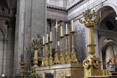 Castiçais no altar, de Saint Sulpice.