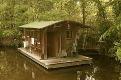 bayou bohemian: April 2012 Precious little boat house This belongs at Kates fish Camp! Mini Chalet, Shanty Boat, Tiny House Cabin, Boat House, Floating House, Cabins And Cottages, Little Houses, Tiny Houses, Rustic Design