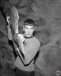 Spock (Leonard Nimoy) on the set of Star Trek: The Original Series Star Trek Spock, Star Wars, Star Trek Tos, Captain Janeway, Star Trek Images, Star Trek Original Series, Leonard Nimoy, Love Stars, Scene Photo