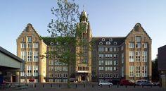 In het Oostelijke #Havengebied van #Amsterdam vind je #Lloyd Hotel & Culturele Ambassade, zoals de volledige naam van dit bijzondere hotel is. Een kunstzinnig hotel; meer dan veertig Nederlandse kunstenaars en designers tekenden voor het ontwerp van het interieur en de kamers. Kamers die variëren van één tot vijf-sterrenluxe. #lloydhotel #origineelovernachten #reizen #origineel #overnachten #slapen #vakantie #opreis #travel #uniek #bijzonder #slapen #hotel #bedandbreakfast